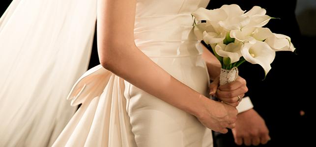 robe et fleure pour financer son mariage